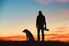 有狗的摄影师 免版税库存照片