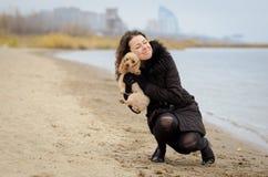 有狗的步行女孩 免版税库存照片