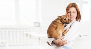有狗的狩医女性 免版税库存图片
