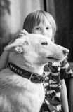 有狗的男孩 免版税库存图片