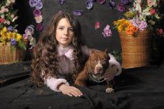 有狗的美丽的女孩 免版税库存照片