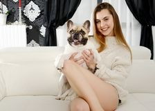 有狗的美丽的年轻愉快的妇女 免版税库存照片