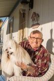 有狗的老人 免版税库存照片