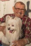 有狗的老人 库存图片