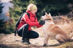 有狗的, Izerskie山,波兰女性远足者 免版税图库摄影