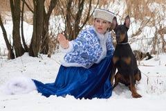 有狗的年轻俄国妇女 免版税图库摄影