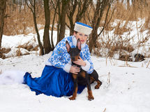 有狗的年轻俄国妇女 库存图片