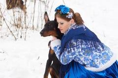 有狗的年轻俄国妇女 图库摄影