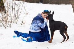 有狗的年轻俄国妇女 免版税库存图片