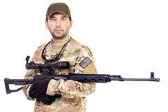 有狙击手浅滩的军事军人 免版税库存照片