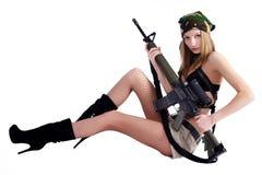 有狙击步枪的俏丽的妇女 免版税图库摄影