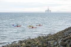有独木舟和抽油装置的海岸线 免版税库存照片