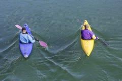 有独木舟的两名划船者 库存图片