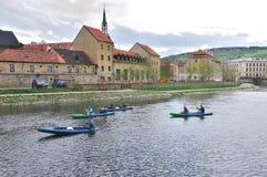 有独木舟的伏尔塔瓦河河在捷克克鲁姆洛夫 库存图片