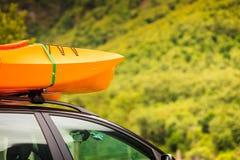 有独木舟的汽车在上面 免版税图库摄影