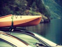 有独木舟的汽车在上面 库存照片