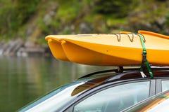 有独木舟的汽车在上面 免版税库存图片