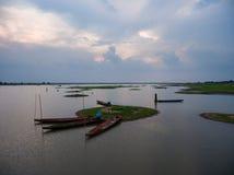 有独木舟的湖在Khao亚伊国家公园热带雨林里 免版税库存照片