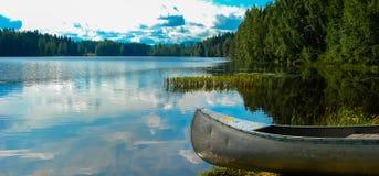有独木舟的瑞典湖 库存照片