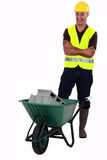 有独轮车的一位泥工。 免版税库存照片