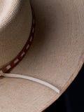 有狭窄的皮革装饰帽子带的被编织的帽子 免版税库存图片