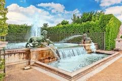 有狮子的喷泉在Versaill一个beautful和著名庭院里  库存图片