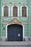 有狮子的门在圣彼德堡房子里  库存照片
