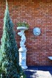 有狮子面孔雕塑的红砖墙壁 库存照片
