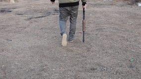 有猎枪的人在他的右手去靶场 照相机在行动 照相机跟随射击者