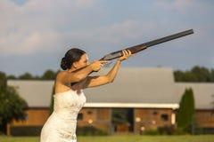 有猎枪的新娘 免版税库存图片