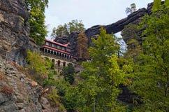 有猎鹰` s巢的风景全景和Pravcice门在漂泊瑞士国家公园 免版税库存照片
