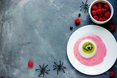 有猕猴桃的一块眼睛panna陶砖和莓调味,万圣夜rec 免版税图库摄影