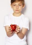 有猪存钱罐的白肤金发的男孩 库存图片