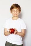 有猪存钱罐的白肤金发的男孩 库存照片
