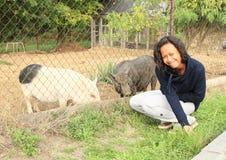 有猪的女孩 免版税库存图片