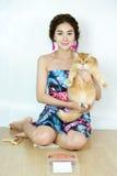 有猫和猫食的美丽的妇女 免版税库存照片