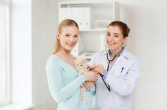 有猫和医生的愉快的妇女狩医诊所的 库存图片