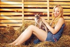 有猫的女孩 免版税图库摄影