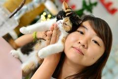 有猫的妇女 免版税库存照片