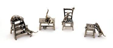 有猫的小雕象 免版税图库摄影