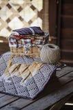 有猫的手工制造被子毯子在与麻线和缝合的工具的木桌上 免版税库存图片