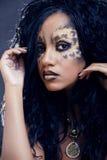 有猫的秀丽非洲的女孩组成,创造性的豹子印刷品特写镜头万圣夜妇女 库存图片