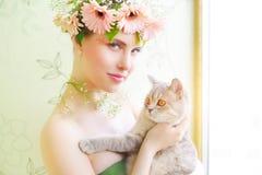 有猫的美丽的女孩 图库摄影