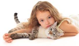 有猫的美丽的小女孩。 图库摄影