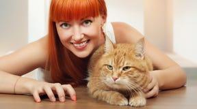 有猫的美丽的少妇 图库摄影