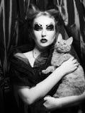 有猫的黑暗的吸血鬼妇女,黑白 库存照片