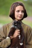 有猫的年轻美丽的女孩 免版税库存图片