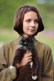 有猫的年轻美丽的女孩 免版税库存照片
