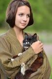 有猫的年轻美丽的女孩 库存图片