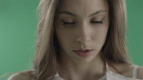 有猫眼的可爱的年轻女人组成反对绿色背景 股票录像